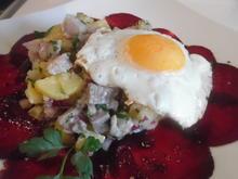 Matjes-Kartoffelsalat mit Spiegelei auf Rote Bete-Carpaccio - Rezept - Bild Nr. 2259