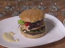 Vegetarischer Burger mit Rosmarin-Pesto, gegrilltem Käse, Gemüse und dazu Ei-Blume - Rezept - Bild Nr. 2