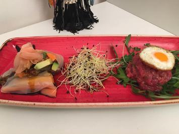 Rezept: Vietnamesische Frühlingsrollen auf Wakame treffen auf Beef Tartar mit Wachtelspiegelei