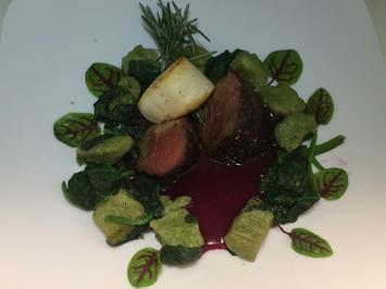 Rezept: Rosa Hirschkalbsfilet mit Jakobsmuschel auf Spinatgnocchi und Rotweinsauce