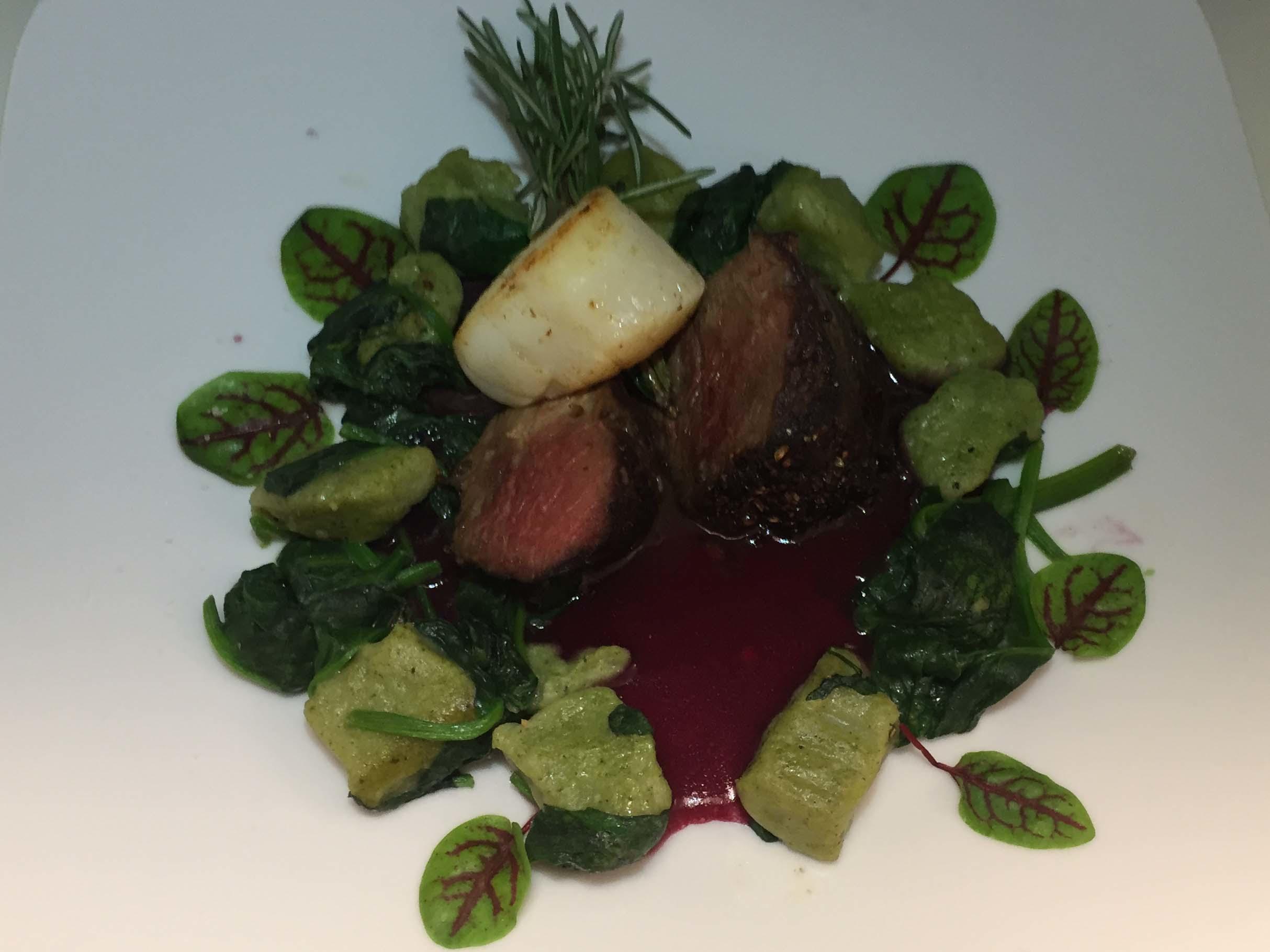 Rosa Hirschkalbsfilet mit Jakobsmuschel auf Spinatgnocchi und Rotweinsauce - Rezept Durch Das perfekte Dinner
