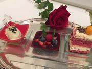 Red Velvet Cake auf Beerenspiegel mit Kürbiskernöleis - Rezept - Bild Nr. 2