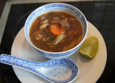 Rindfleischsuppe im Wok mit Gemüse und Reisnudeln - Rezept - Bild Nr. 2352