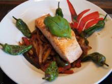 Lachsfilet mit Pimentos auf geschmorten Gemüse - Rezept - Bild Nr. 2401