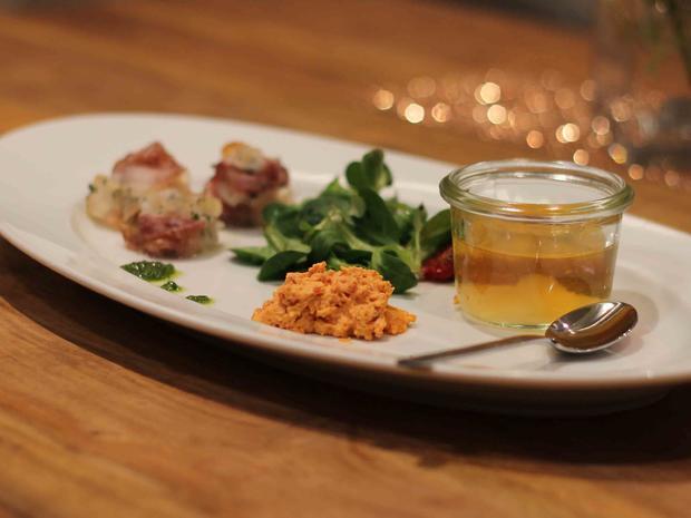 Trilogie von der Tomate serviert mit Parmesan im Speckmantel und Rapunzel - Rezept - Bild Nr. 2