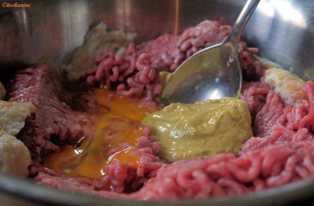 Gefüllte  Hackfleischröllchen im Baconmantel mit Bärlauch-Kartoffelpüree - Rezept - Bild Nr. 8