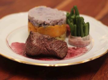 Rinderfilet mit dreierlei Kartoffelpüree, Bohnen im Speckmantel und Rotweinsoße - Rezept - Bild Nr. 2
