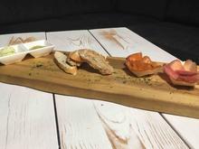 Frisches Brot mit Räucherlachs und geräuchertem Schweinelachs - Rezept - Bild Nr. 2