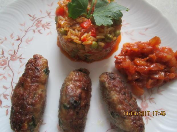 Cevapcici mit Djuvec-Reis und scharfen roten Zwiebeln - Rezept - Bild Nr. 2565