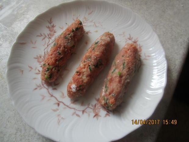 Cevapcici mit Djuvec-Reis und scharfen roten Zwiebeln - Rezept - Bild Nr. 2601