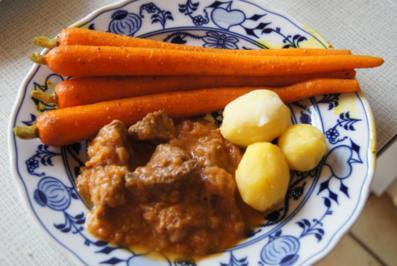 Gulasch halb und halb mit Curry-Honig-Möhren und neuen Kartoffeln - Rezept - Bild Nr. 2