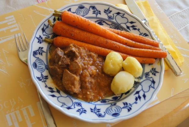 Gulasch halb und halb mit Curry-Honig-Möhren und neuen Kartoffeln - Rezept - Bild Nr. 3