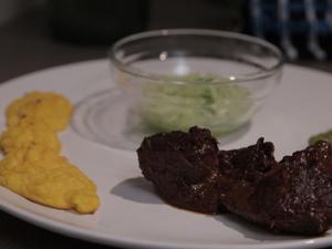 Schokoladen-Gulasch an Herzoginnen-Kartoffeln und Gurkensalat - Rezept - Bild Nr. 2