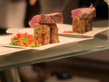 Rinderfilet mit Oliven-Semmelknödel auf Weißweinsauce und Paprika-Zuckerschoten-Gemüse - Rezept - Bild Nr. 2