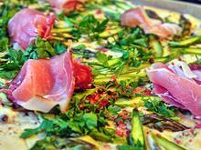 Flammkuchen mit grünem Spargel und rosa Pfefferbeeren und Schwarzwälder Schinken - Rezept - Bild Nr. 2693