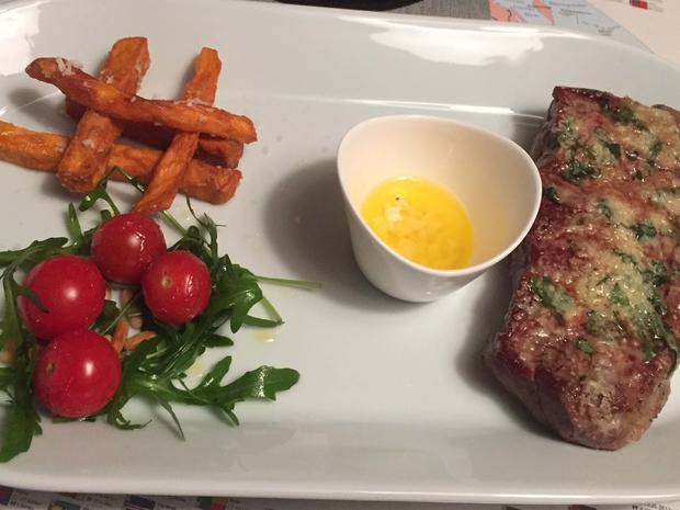 New-York-Strip-Steaks mit Parmesan-Basilikum-Decke und Süßkartoffelpommes - Rezept - Bild Nr. 2