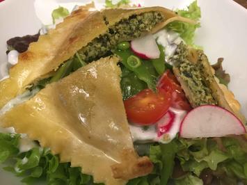Frühlingssalat mit gebratenen Maultaschen und einem Avocado-Pampelmusen-Bruschetta - Rezept - Bild Nr. 2