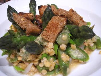 Rezept: Salate: Linsen-Spargel-Salat mit Knoblauch-Croutons