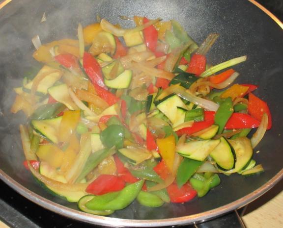 Hähnchen in Erdnuss-Soße mit Wok-Gemüse - Rezept - Bild Nr. 2957
