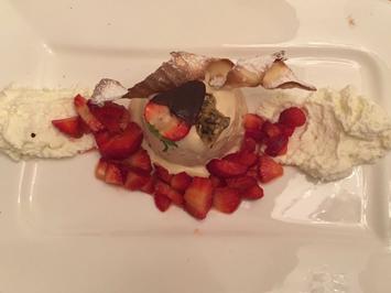 Rezept: Parfait aus Kürbiskernöl mit marinierten frischen Erdbeeren und leichter Joghurt-Mousse