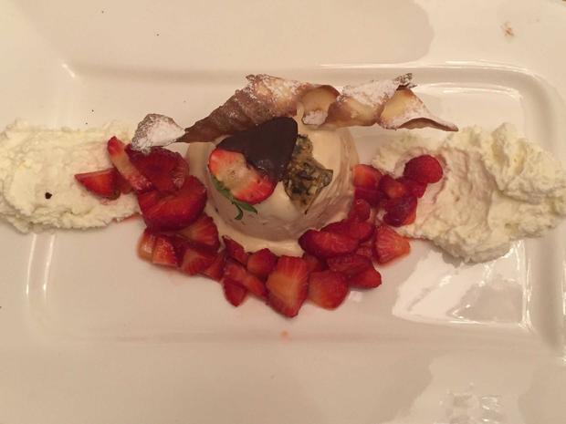 Parfait aus Kürbiskernöl mit marinierten frischen Erdbeeren und leichter Joghurt-Mousse - Rezept - Bild Nr. 2