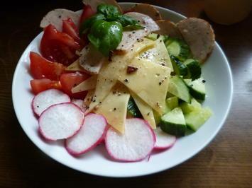 Gemischter Rohkostsalat mit Tomaten, Gurke und Radies - Rezept - Bild Nr. 3187