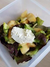 Salat fürs Büro - nur 3 Zutaten einkaufen - Nektarine, Ziegenfrischkäse, Salat - Rezept - Bild Nr. 2