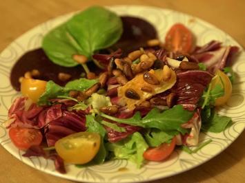Gemischter Salat auf Rote Beete Carpaccio mit Pinienkernen - Rezept - Bild Nr. 2