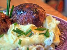 Gefüllte Zwiebeln im Baconmantel auf Kartoffelpüree mit Röstzwiebeln - Rezept - Bild Nr. 3264