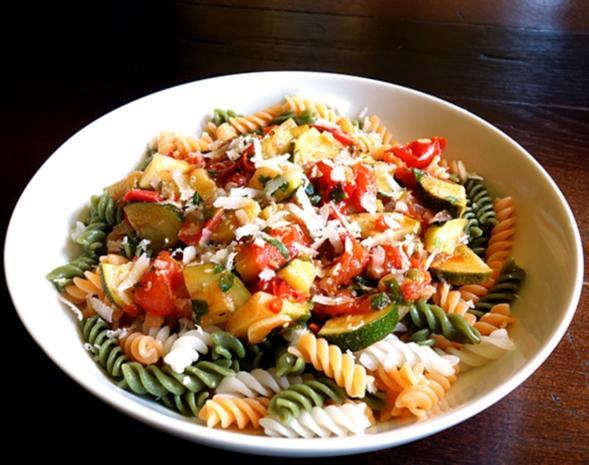 fusilli tricolore in tomaten zucchini sauce mit sardellen und oliven rezept. Black Bedroom Furniture Sets. Home Design Ideas