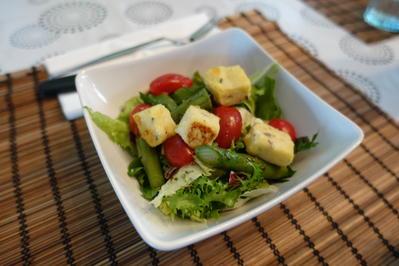 Rezept: Sommersalat mit Lavendelpolenta-Croûtons