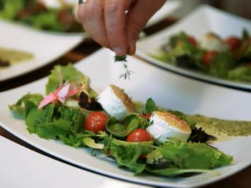 Frühlingssalat mit Bärlauchschaum und eingelegten Tomaten - Rezept - Bild Nr. 2
