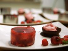 Himbeer-Limetten-Eis in Schoko-Schale, rote Frühlingsgrütze und dreierlei Obst - Rezept - Bild Nr. 2