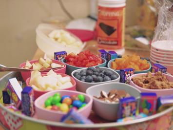 Frozen Yogurt mit frischen Früchten und süßen Toppings - Rezept - Bild Nr. 2