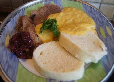 Rezept: Falsches Rinderfilet gekocht mit Semmelknödel und Gemüsesauce