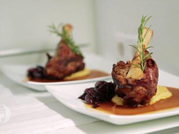 Rezept: Geschmorte Lammstelze mit karamellisierten Rotweinschalotten auf Polenta