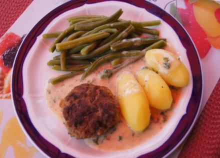 Pikante Buletten mit grünen Buschbohnen, Salzkartoffeln und Petersilien-Sauce - Rezept - Bild Nr. 3389