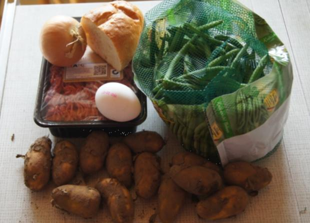 Pikante Buletten mit grünen Buschbohnen, Salzkartoffeln und Petersilien-Sauce - Rezept - Bild Nr. 3392
