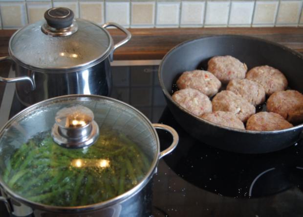 Pikante Buletten mit grünen Buschbohnen, Salzkartoffeln und Petersilien-Sauce - Rezept - Bild Nr. 3393