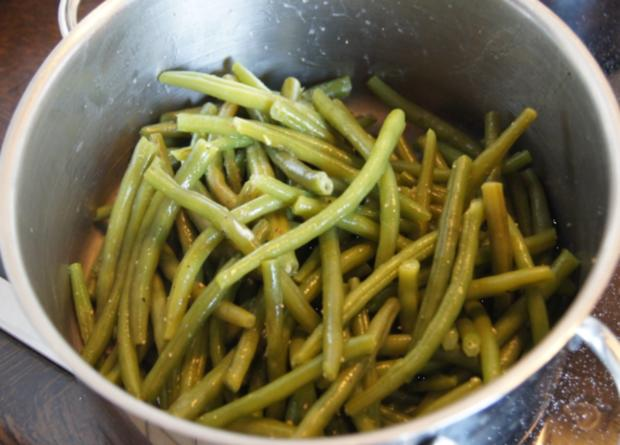 Pikante Buletten mit grünen Buschbohnen, Salzkartoffeln und Petersilien-Sauce - Rezept - Bild Nr. 3395