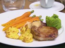 Bentheimer-Schwein, Cidre-Calvados-Sauce, Erbsenpüree und Herzoginnenkartoffeln - Rezept - Bild Nr. 2