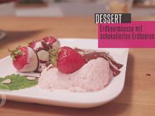 Frische Felderdbeeren an schokolierten Erdbeeren mit Erdbeermousse und heißer Schokolade - Rezept - Bild Nr. 2