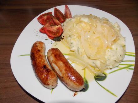 Kartoffelbrei mit Bratwurst und gedünsteten Zwiebeln - Rezept - Bild Nr. 3579