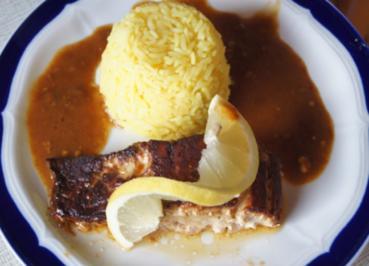 Lachsfilet mit Sauce, gelben Basmatireis und Gurkensalat - Rezept - Bild Nr. 3621