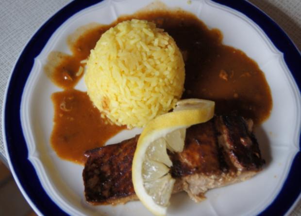 Lachsfilet mit Sauce, gelben Basmatireis und Gurkensalat - Rezept - Bild Nr. 3628