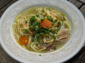 Klassische Hühnersuppe mit regionalem Gemüse und feinen Nudeln - Rezept - Bild Nr. 2