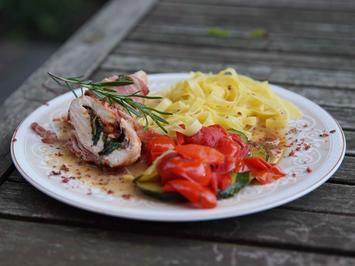 Rezept: Putenroulade gefüllt mit Basilikumbett, getrockneten Tomaten und Käse