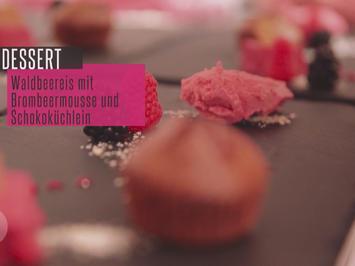 Küchlein von der Valrhona-Schokolade an Waldbeereis und Brombeermousse - Rezept - Bild Nr. 2