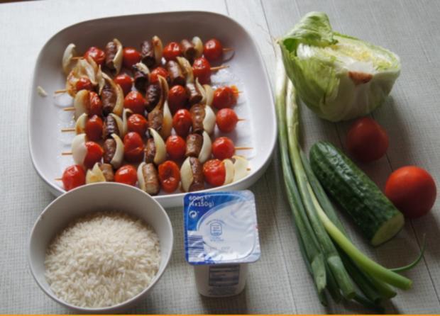 Würstchen-Gemüse-Spieße mit Curry-Rahm-Sauce, Reis und gemischten Salat - Rezept - Bild Nr. 3