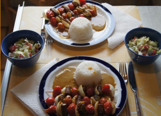 Würstchen-Gemüse-Spieße mit Curry-Rahm-Sauce, Reis und gemischten Salat - Rezept - Bild Nr. 7